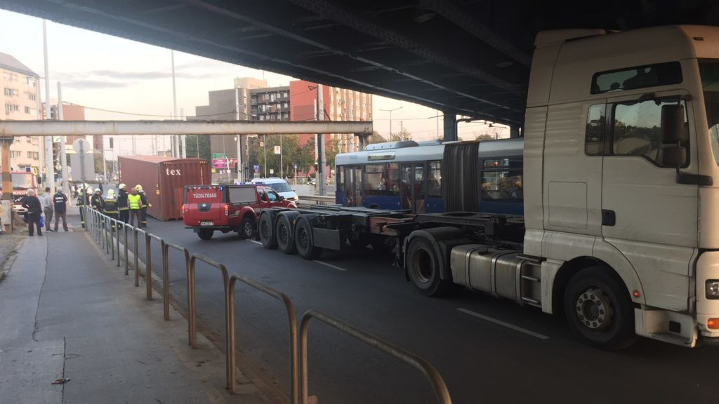 Fotók – Magasságkorlátozónak ütközött egy nyergesvontató hétfőn délután ötkor Kőbánya-Alsó vasútállomásnál