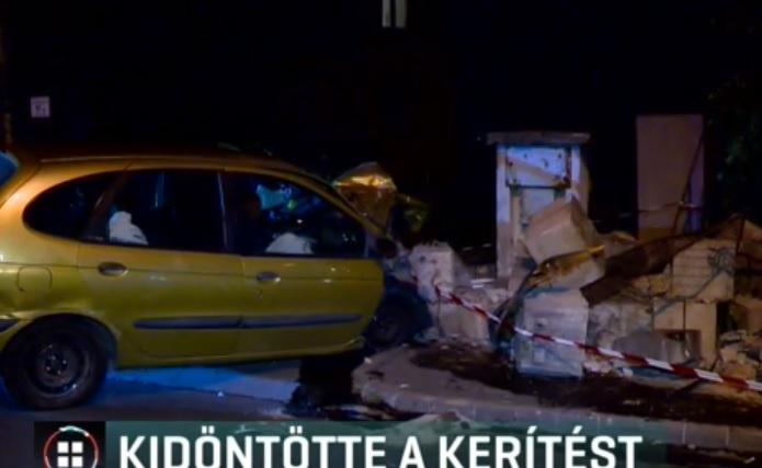 Videó – Egy budapest társasház kerítésébe csapódott egy autó az éjjel
