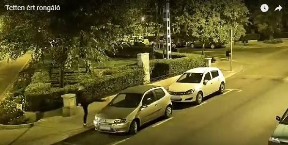 Videó – 31 szabályosan parkoló autó visszapillantó tükrét rúgta le a 19 éves férfi