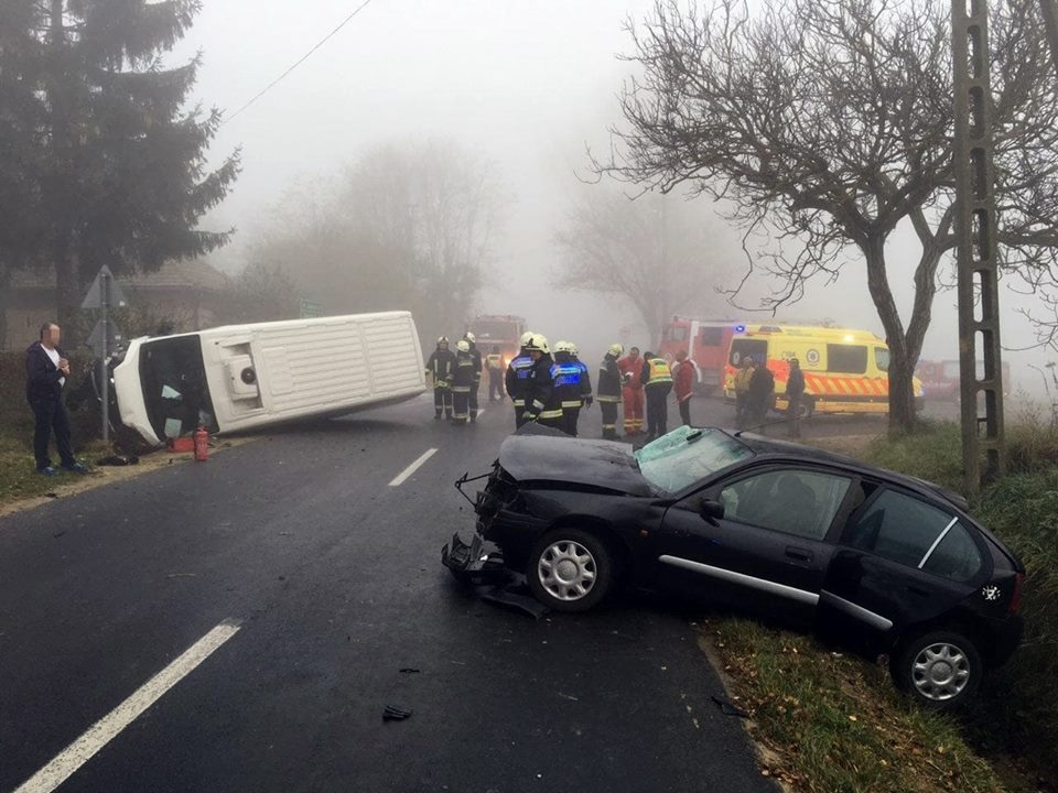 Fotók – Összeütközött egy kisteherautó és egy gépkocsi péntek reggel Zala megyében