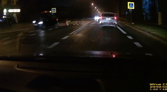 Videó – Sötétben tekert át a bringás a zebrán, csúnyán elgázolták