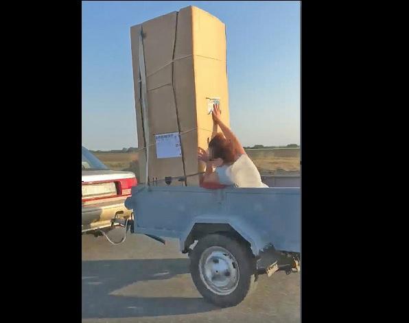 Fotó – Döbbenet: utánfutón vitték az asszonyt és az új hűtőt Mosonmagyaróvárnál