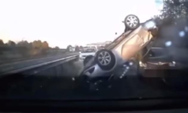 Videó – Hatalmas borulást rögzített a dashcam
