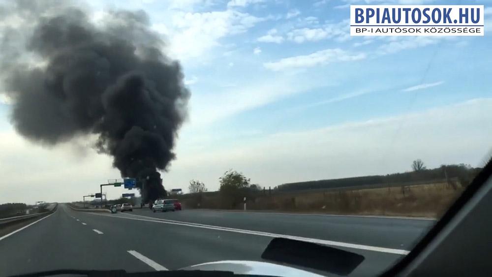 Videó: A 4-es út, Üllő elkerülőn, az M0-nál történt balesetben kiégő jármű
