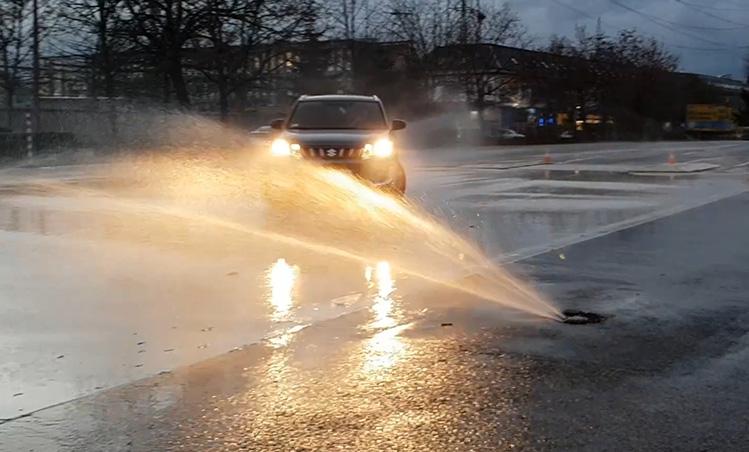 VIDEÓ: Négyévszakos gumi Vs. téligumik a vezetéstechnikai pályán