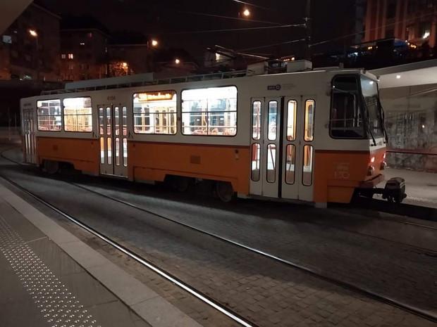 Fotók – Gördeszkával siklattak ki egy villamost Budapesten