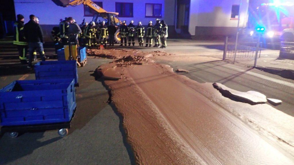 Több mint egy tonna csoki folyt ki az útra, 25 tűzoltó kellett az eltakarításához