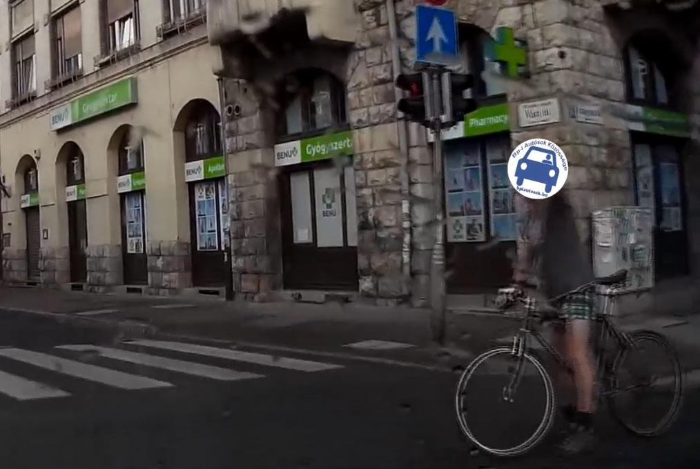 VIDEÓ: Sok kerékpáros hajt át piroson, legyen ez elrettentő, budapesti példa