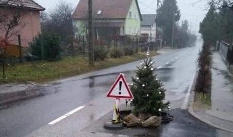 Fotó – Karácsonyfával díszített kátyú Csömörön