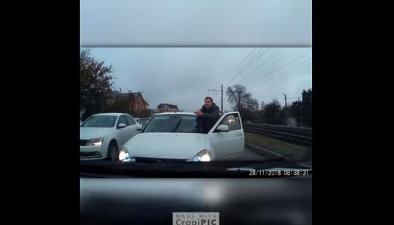 Videó – Az autós meg akart előzni mindenkit, zseniális, ahogy a sor végére küldték!