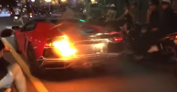 Videó – Addig túráztatta a Lambót, míg az kigyulladt