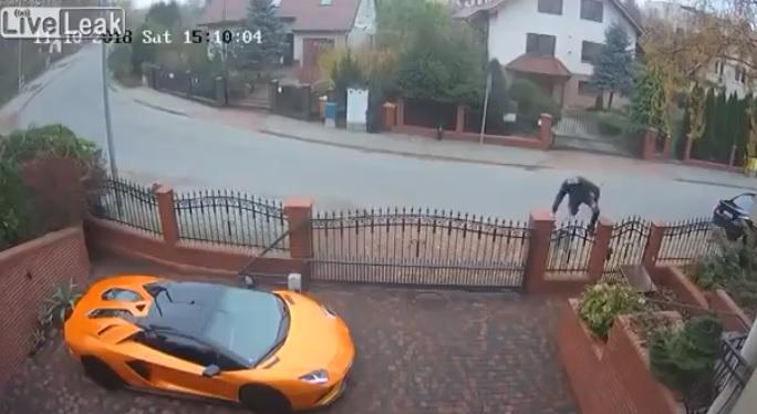 Videó – Aljas módon bemászott a kerítésen, és körbekarcolta a Lambót