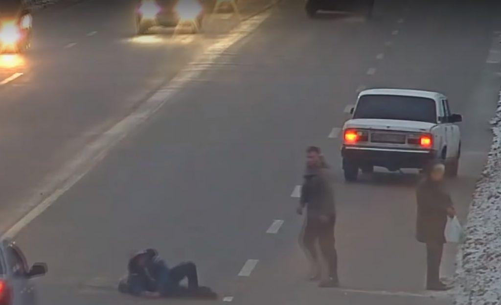 VIDEÓ-Oroszország: Leütötte a szabálytalan gyalogosokat az autós