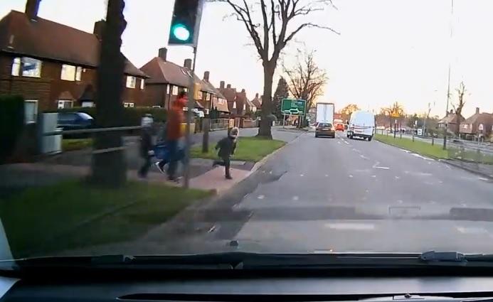 Anglia: Sokkoló, de elképesztően szerencsés baleset (VIDEÓ)