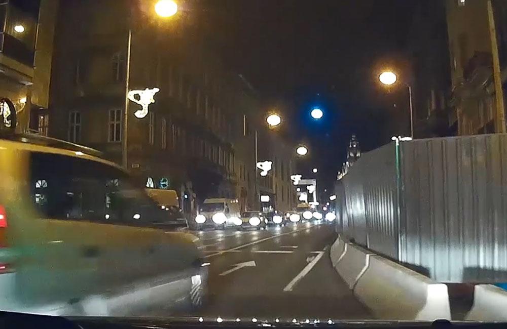 VIDEÓ: Centiken múlt a reccs, mikor az agyatlan autós elszabta a Rákóczi úti sárga sávterelőt. Aztán azonnal egy másik is…