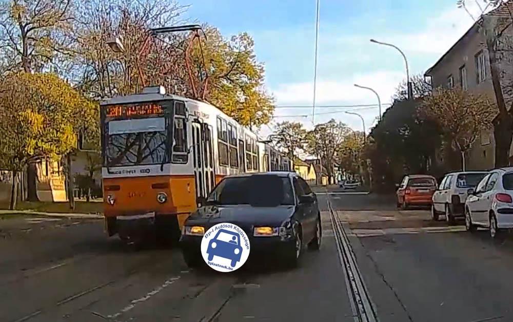 VIDEÓ: Záróvonalon előz villamost, majd megmagyarázza