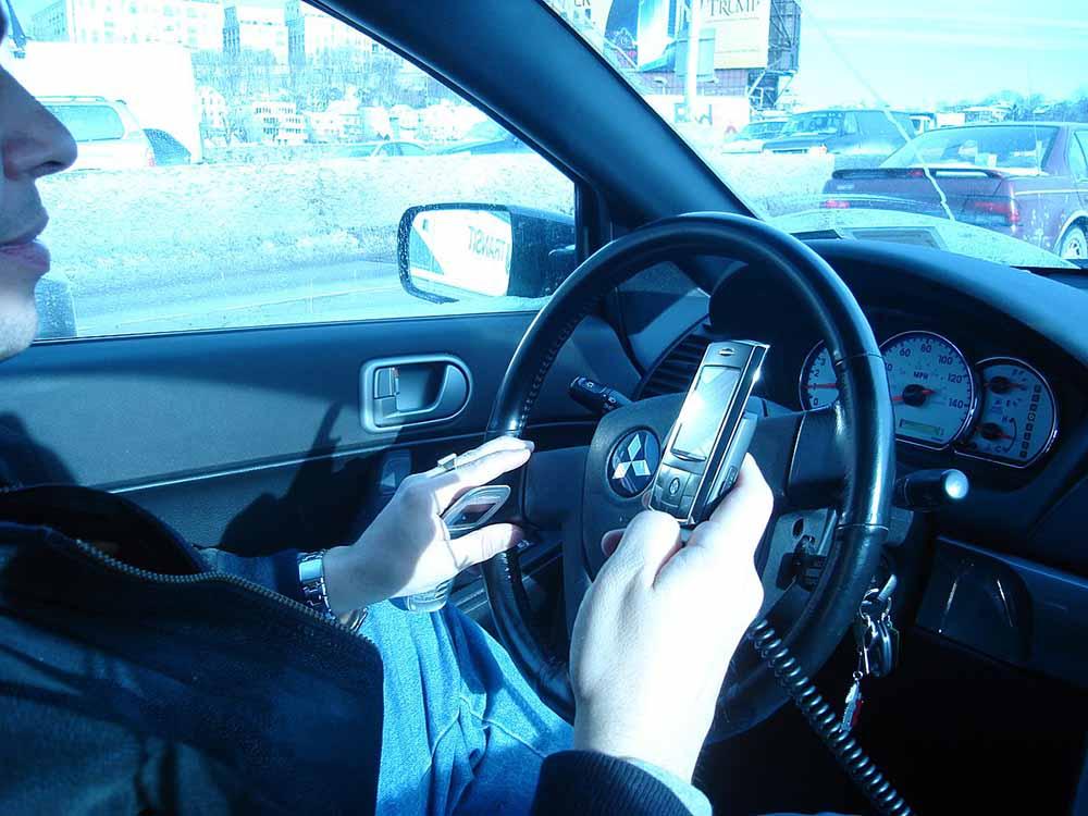 Elveszik a jogsiját annak, aki vezetés közben mobilozik Romániában