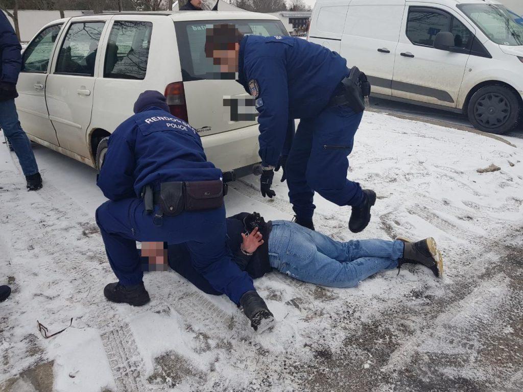 Videó – Temetés közben törte fel a gyászolók kocsiját egy tolvaj