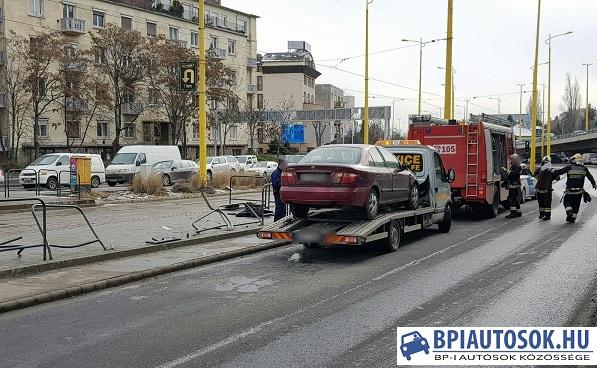 Fotók – Villamosmegállóba csapódott egy autó a BAH csomópontnál