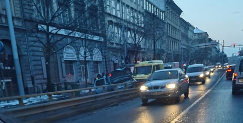 Szalagkorlátnak ütközött egy autó reggel a 6.kerületében a Bajcsy-Zsilinszky úton