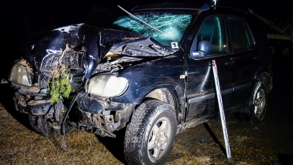 Fotók – Házfalnak csapódott egy autó Csengődön szilveszter éjjelén, a sofőr a helyszínen meghalt