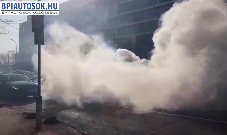 VIDEÓ – Soroksári út: Elképesztő füsttel sült be egy Mazda 6 motorja