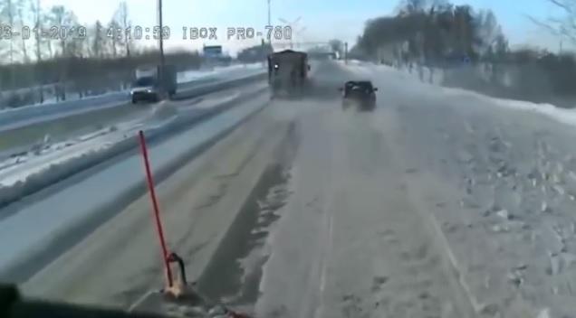 Videó – Óriásit hibázott a hókotrót előző autós