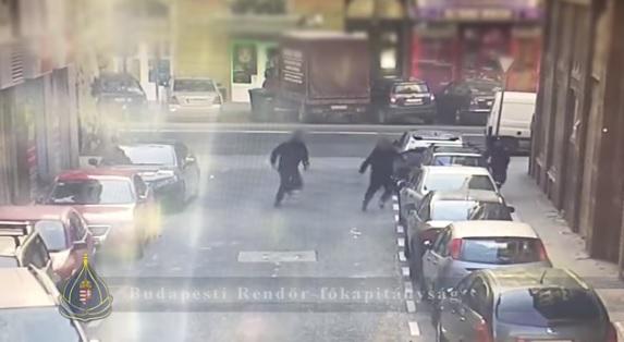 Videó – Így kapták el a rendőrök Renátót, aki félmillió forintot lopott egy parkoló autóból