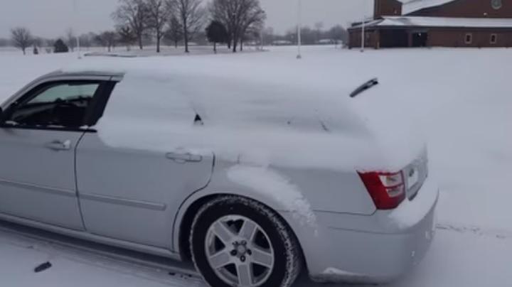 Videó – Tipp reggelre, így tüntesd el a havat másodpercek alatt az autódról