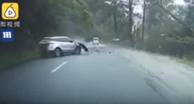 Videó – Hegyről lezúduló hatalmas szikla zúzta össze az autót