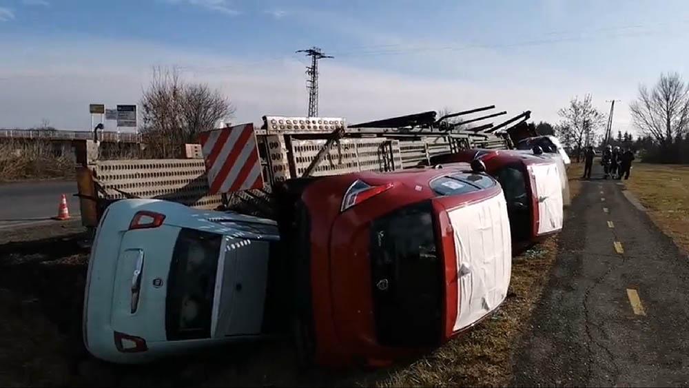 Videó a 86-son felburult autószállító trélerről