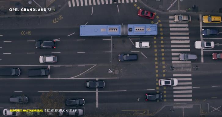 Videó – Magyar siker: budapesti kátyúkon élcelődik az Opel új, német reklámja