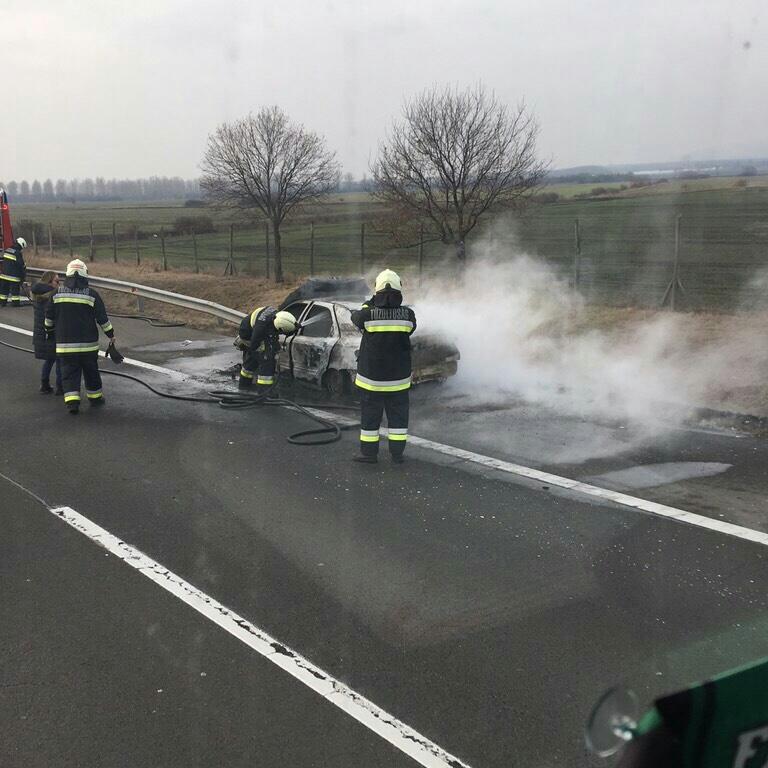 Videó – Hatalmas lángokkal égett egy autó az M3-as autópályán