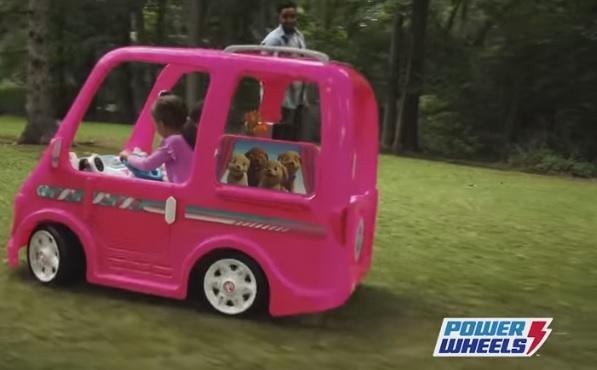 Videó – Beragad a gáz a Barbie-autón, ezért visszahívják