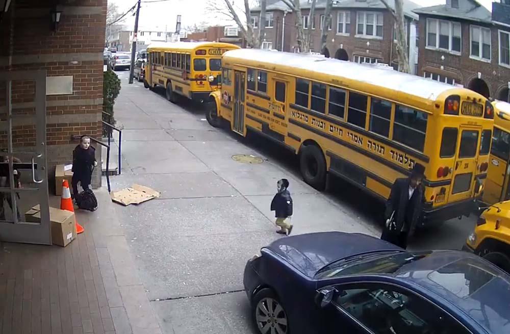 VIDEÓ: A brooklyni, járdán közlekedő idióta megvolt?