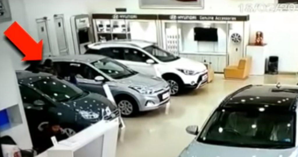 """VIDEÓ: Az autószalonok réme megjelent és """"tarolt"""""""