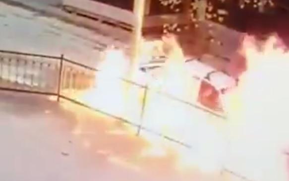 Videó – Korlátnak hajtott majd kigyulladt az autója