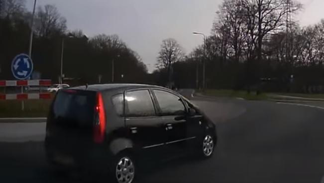 Videó –  Közel egy percen keresztül hátráltatta a szirénázó rendőrt az autós