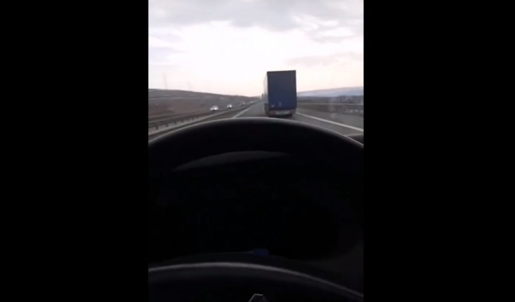 VIDEÓ: Újabb baleset a mobil miatt