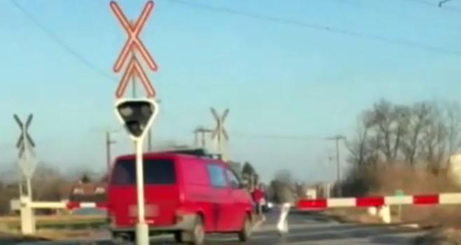 Videó – A zárt sorompót kikerülve hajtott át a síneken
