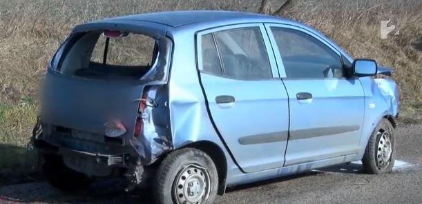 Videó – A hátsó szélvédőn repült ki a fiatal lány miután vaddal ütközött, majd árokba csapódott az autó