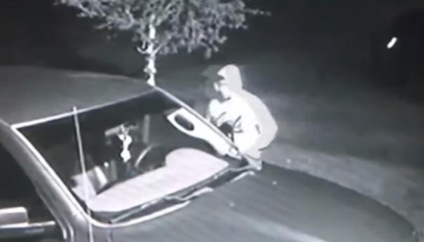 Videó – Többször is ellopta az idős pár kocsiját, de mindig visszavitte, mire felkeltek
