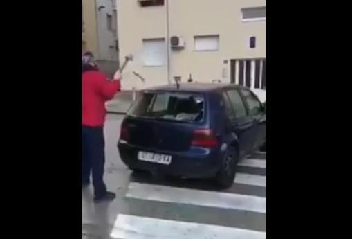 Videó – Zebrára parkolt a bunkó, olyan büntetést kapott, mint még soha senki