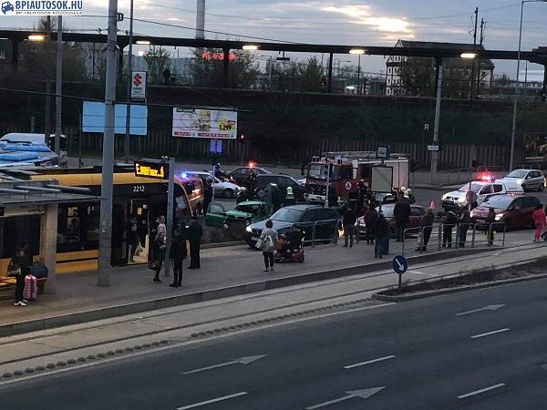 Fotó – Tűzoltóautó és személygépkocsi ütközött a 10. kerületben