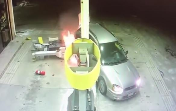 Videó – Pillanatok alatt lángba borult a benzinkút, miután nekitolatott az autós