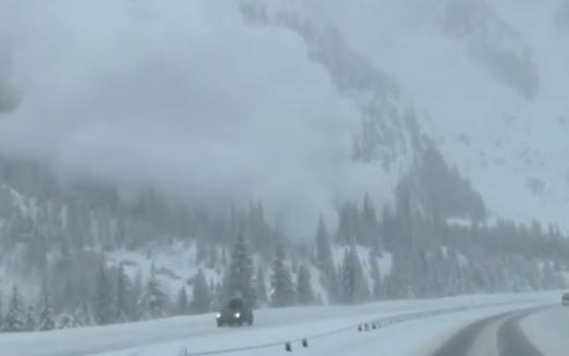 Videó – Lefilmezték, ahogy a lavina rázúdul az autópályára