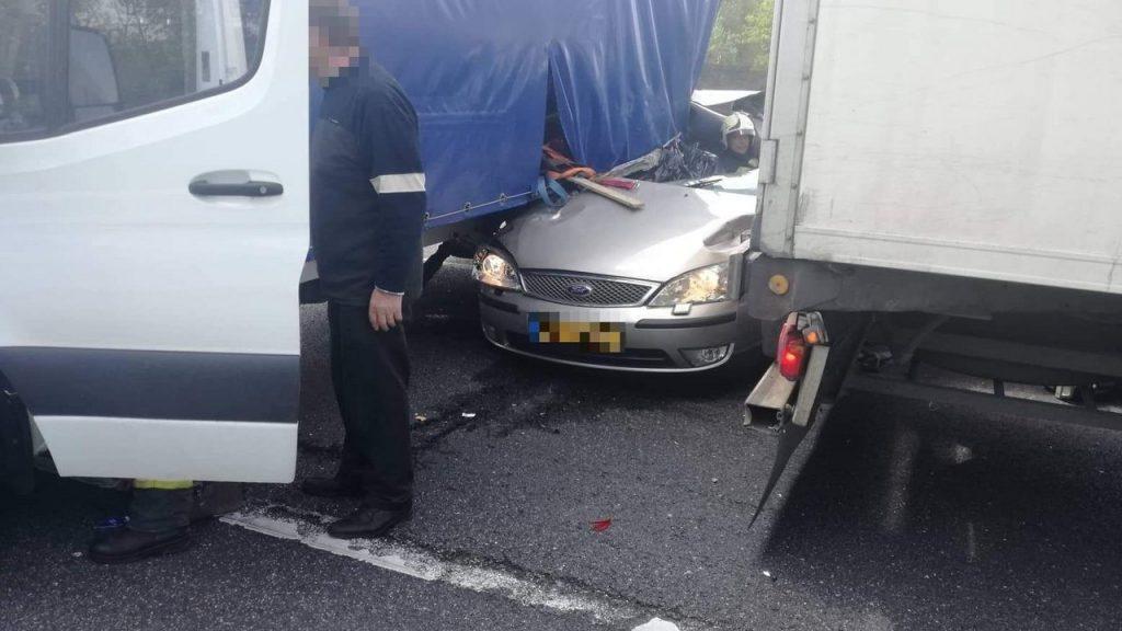 Fotók – Kisteherautóval ütközött egy személyautó az M1-esen, egy ember a helyszínen meghalt