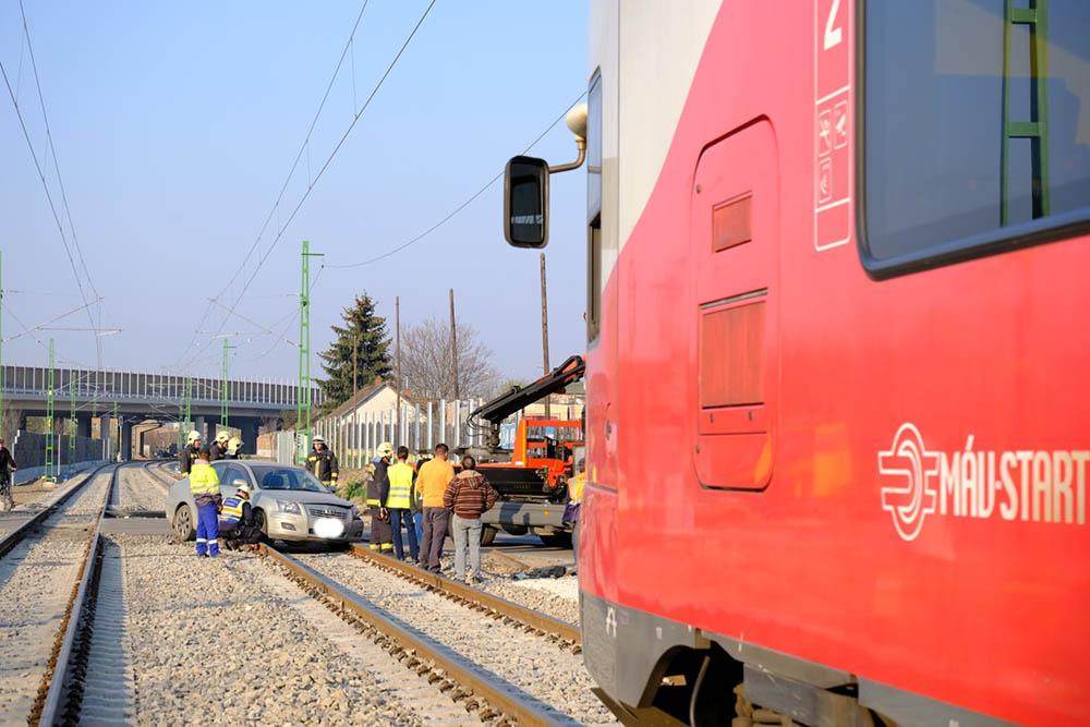 Lezárt vasúti átjáróban akadt el, Budatétény megállónál