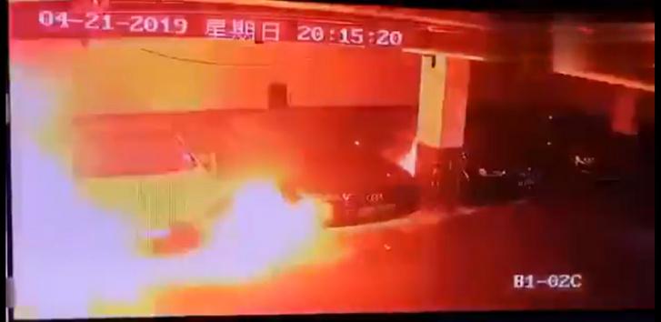 VIDEÓ: Füstölni kezdett, majd felrobbant egy parkoló Tesla Kínában
