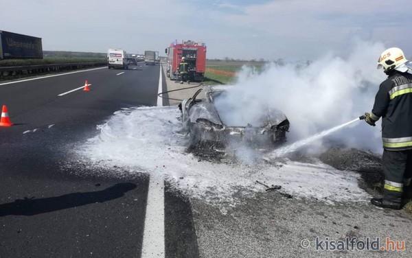 Fotók – Kigyulladt egy Porsche az M1-esen, Győrnél